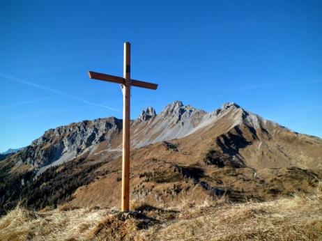 Croce di vetta sul Col San Giacomo. Sullo sfondo il Monte Tiarfin