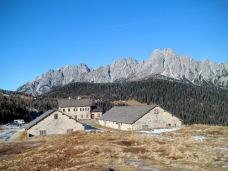 Casera Razzo e sullo sfondo Monte Brentoni