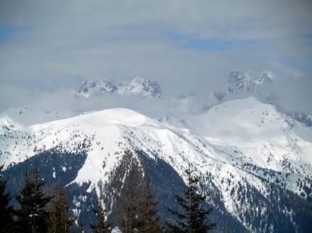 In primo piano: Valsecca e Piz di Mede. Sullo sfondo il Coglians