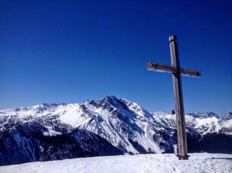 Croce di vetta. Sullo sfondo Monte Bivera