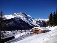 Sauris di Sopra e sullo sfondo Monte Bivera