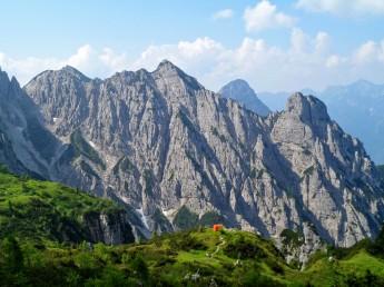 Il pianoro del bivacco Bianchi e sullo sfondo il monte Crostis