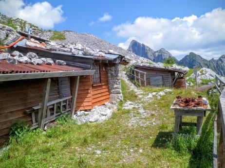 I ricoveri ricostruiti dai volontari