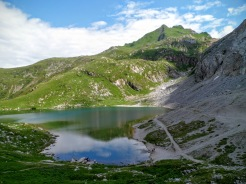 Lago Volaia e in alto a destra il Rauchkofel