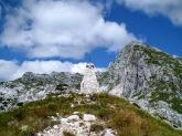 Monumento commemorativo sul monte Cukla e a dx il monte Rombon
