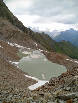 Il lago ai piedi dei resti del ghiacciaio del Lasorling