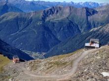 La stazione e il rifugio situati a quota 2.600.