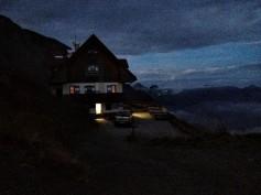 Il rifugio Marinelli all'imbrunire.