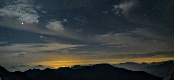 Panorama sulle Carniche, in fondo le luci della pianura friulana.
