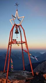 La campana di vetta del monte Coglians.