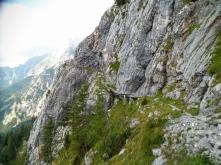 La mulattiera di guerra scavata sul fianco della montagna