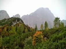 Si scende a Foran da la Gjaline; a dx monte Sernio