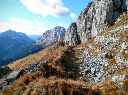 Villaggio di guerra sotto la cima del monte Navagiust