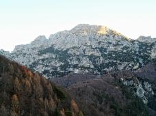Il Monte Chiavals alle prime luci del mattino.