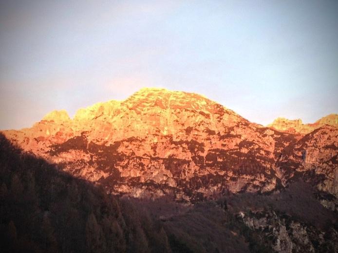 Ultimi raggi di sole della giornata sul Monte Chiavals.