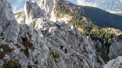 In salita lungo il sentiero alpinistico.