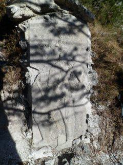Bassorilievo in cemento raffigurante un alpino