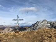 Croce di vetta a quota 2.250 metri.