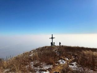 Croce di vetta e le foschie della pianura