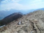 Il sentiero che segue la cresta fino alla cima dello Stol
