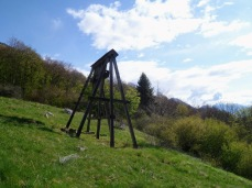 Pilone ricostruito della teleferica che serviva la cava di marmo