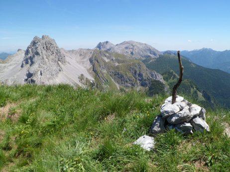 Cima del monte Piova con sullo sfondo Tiarfin, Bivera e Calpsavon