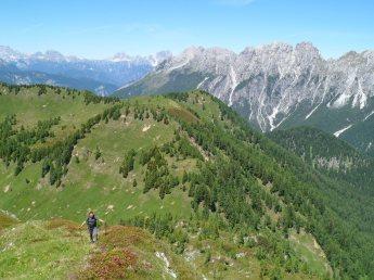 Sulla cresta erbosa guardando verso il Col Rosolo