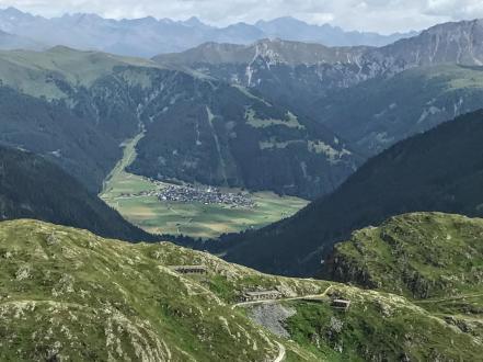 I resti militari di Forcella Dignas e sullo sfondo paesello austriaco.