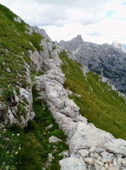 Trincea a quota 1220m sul versante verso il passo degli Scalini