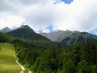 Il monte Cregnedul (a destra) visto da Sella Nevea