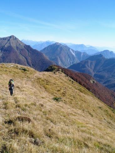 Salendo sulla cresta del monte Burlat
