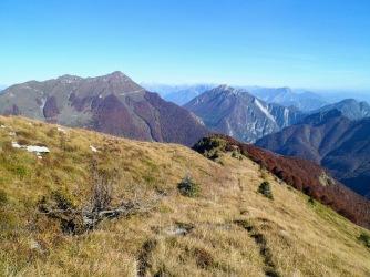 Si scende sulla traccia lungo la cresta del monte Burlat