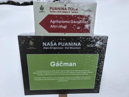Il cartello in Località Gacceman con il nome scritto nella lingua di Ugovizza.
