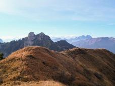 La cresta erbosa del Palon di Lius e dietro il monte Cullar