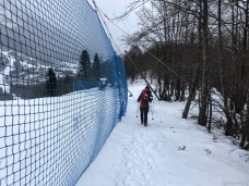 Si costeggia la pista da sci
